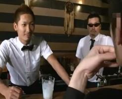 【ゲイ動画 pornhub】小麦色に日焼けしたイケメンバーテンダーが実は○○だった客から犯されるという悲劇・・・