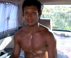 【ゲイ動画 xvideos】ガチムチ系イケメンが車中でオナニー!ガッシリした尻にバックでガン突き!