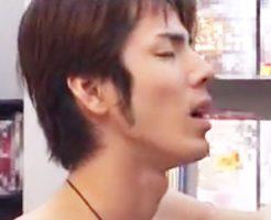 【ゲイ動画 pornhub】超絶イケメンがレンタルビデオ店でAVを観ながら勃起!それを見ていた青年は・・・