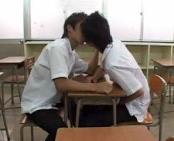 18歳のゲイカップルが放課後の教室でイチャイチャしていると先生に見つかってしまい3Pガン掘りセックス