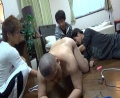 【ゲイ動画 xvideos】変態ドMおじさんを調教するイケメン3人組み!