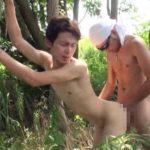 【ゲイ動画 pornhub】林の中で野外だとしても気にせずアナルセックスを始めるホモォ!