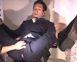 【ゲイ動画 erovideo】スーツリーマンがスーツを着用したままお尻に穴を開けられそこから挿入されアナルセックス!