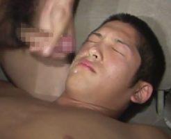 【ゲイ動画 pornhub】スカウトされたむっちり体育会系坊主クンが車の中でザーメンまみれに!