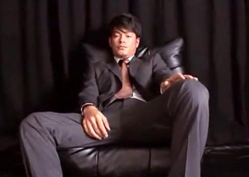 【ゲイ動画 pornhub】クールでワイルドな女好きノンケリーマンがゲイビデオに出演w経験豊富らしく余裕の表情でインタビューを受けていたがその5分後には・・w