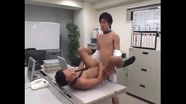 【ゲイ動画 xvideos】会社のオフィスで繰り広げられるホモセックス研修⁉