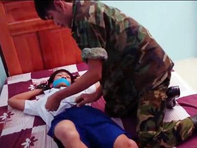【ゲイ動画 gotporn】衝撃映像!1●歳位の素人男子が軍人に家に押し入られ拘束・・入るはずもない大人チンコを無理やりショタアナル挿入される本物レイプ映像・・