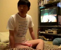 【無修正ゲイ動画】素朴で可愛い本物ノンケ少年が超リアルなオナニー披露!いつもやってるようにAV観ながらシコる素人モノ