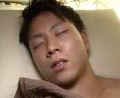 【ゲイ動画】すやすや寝ているマッチョイケメン男子を拘束!ハサミを突きつけ緊縛しガン掘り!