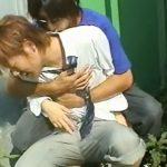 【ゲイ動画】授業サボってたヤンチャな制服男子を茂みに隠れて襲う!!