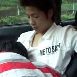 【ゲイ動画】大学生がドライブ中、脇道に車を止めてケツを掘り合うBLセックス!