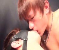 【ゲイ動画 xvideos】Tバック姿のマッチョ男性に目隠し拘束プレイ!亀頭に大人の玩具を装着されて悶えまくり!