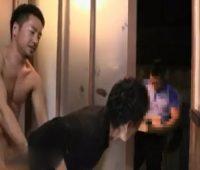 【ゲイ動画 pornhub】イケメン同士が玄関先でセックスしながら荷物を受け取る鬼畜プレイ!