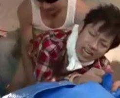 【ゲイ動画】ノンケ大学生が工事現場のおっちゃんからレイプされる!泣き叫んでるけどチンコギンギンじゃねえかw