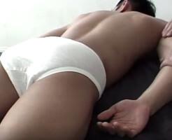 【無修正ゲイ動画】パンイチBOYの股間を卑猥マッサージ!アナルの筋肉を揉みほぐし、デカマラ強制射精!